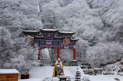 老君山中天门游玩赏雪