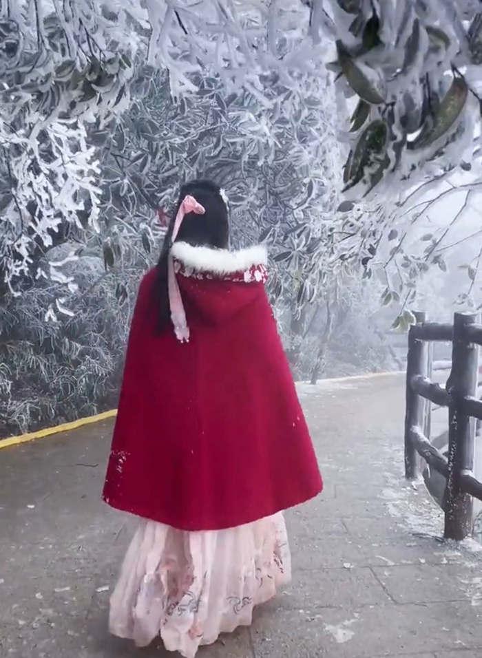 五指峰上的冰雪道路上穿古装的小姐姐