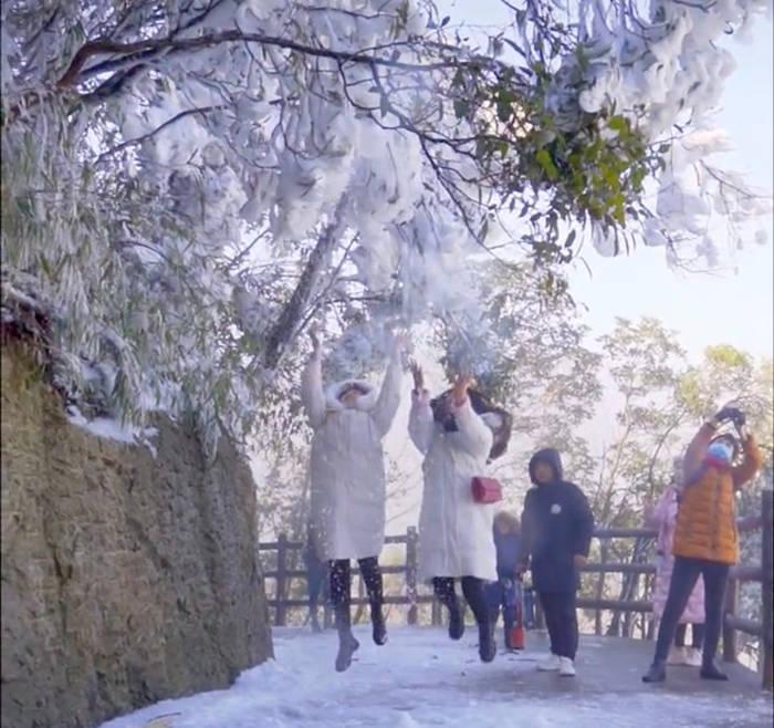 五指峰道路上玩雪的小姐姐和拍照的路人