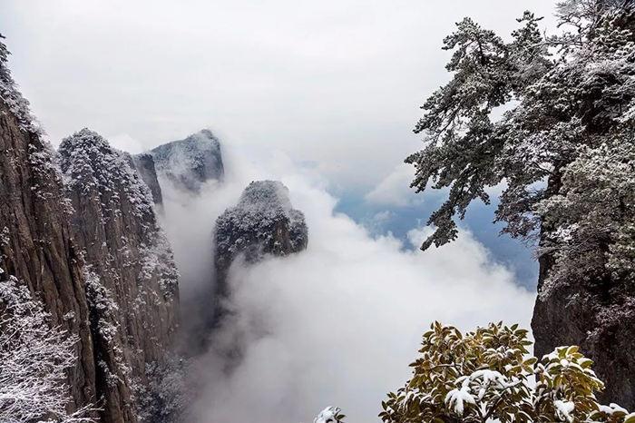 站在恩施大峡谷绝壁栈道上看见云海2