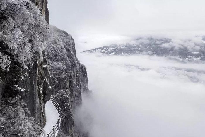 站在恩施大峡谷绝壁栈道上看见云海1