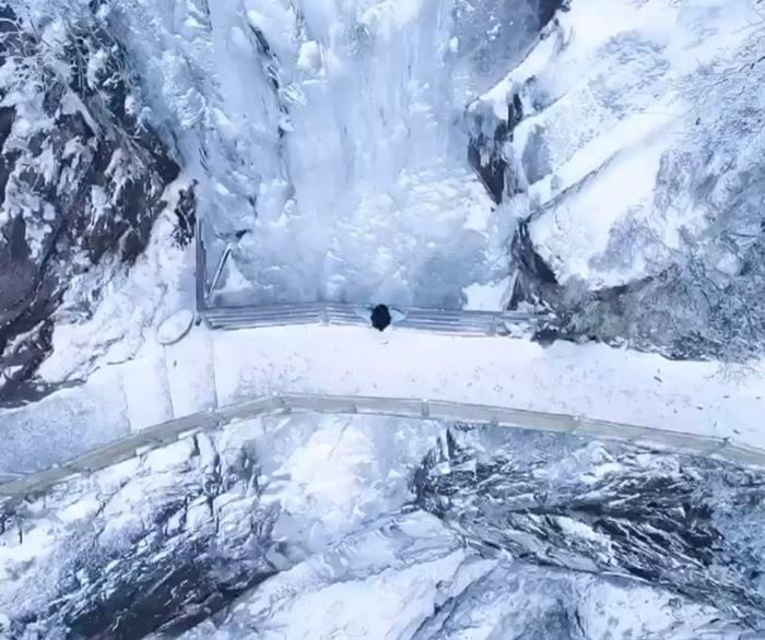 明月山的青云栈道上出现了冰瀑布奇观美景2