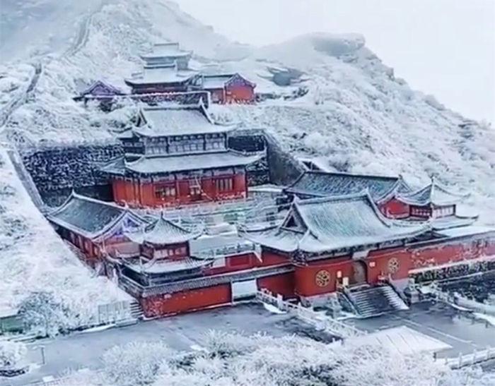 寒潮下梵净山的雾凇雪景--神庙