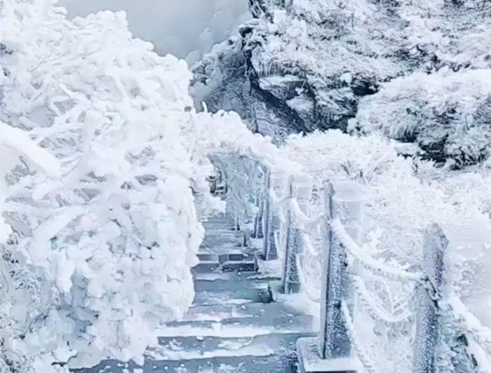 寒潮下梵净山的雾凇雪景--小道