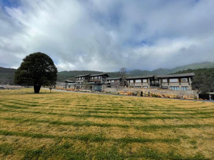 快看这些位于横断山脉半山腰的酒店 隐逸旅游不可错过
