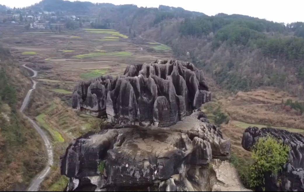 重庆市彭水县城鞍子苗寨的一块小石头撑起几十吨巨石的奇观