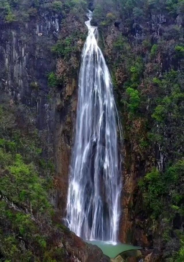 带你去看美丽的风景:一条像白孔雀般优雅的瀑布--邹家瀑布