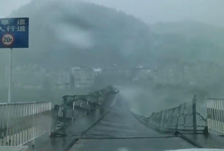 五一期间,贵州铜仁牛角岩吊桥在狂风中上下翻腾