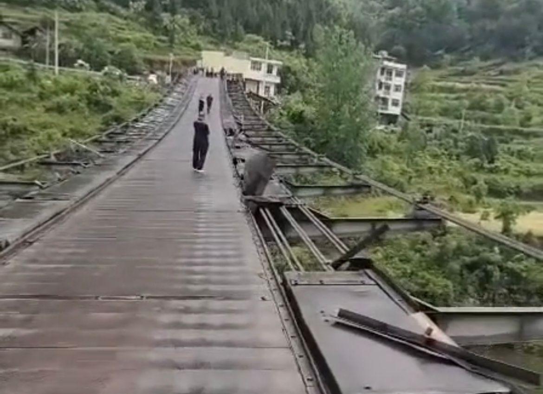 暴风雨过后的牛角岩吊桥