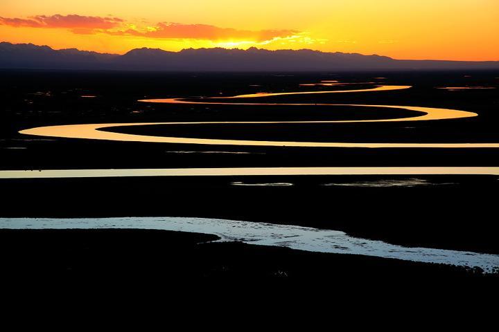 独库公路美景--天鹅湖九曲十八弯