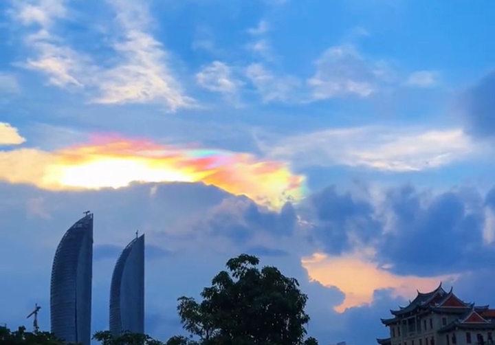 5月22日傍晚厦门天空出现的七彩祥云3