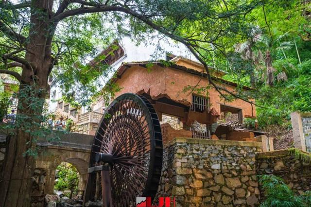 花溪水街酷炫的悬浮屋与石磨流水装置
