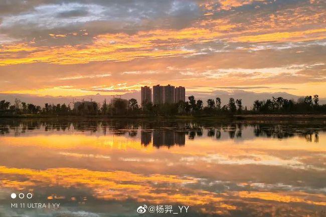 7月29日傍晚时分,成都现绝美景色