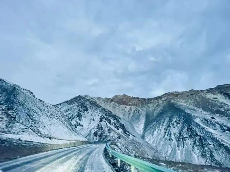 受大面积降雪天气影响,G217线独库公路乌苏市巴音沟路段至新源县那拉提路段路面积雪结冰